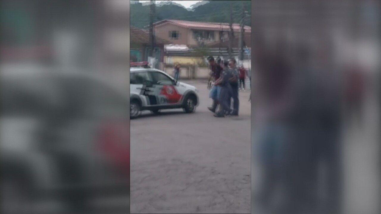 Estudante é apreendido após confusão com PM em escola de Santos
