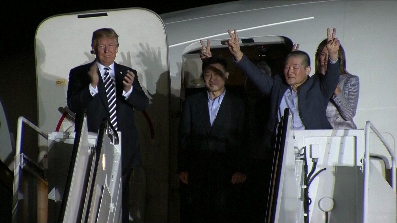 Americanos que estavam presos na Coreia do Norte são recebidos por Trump