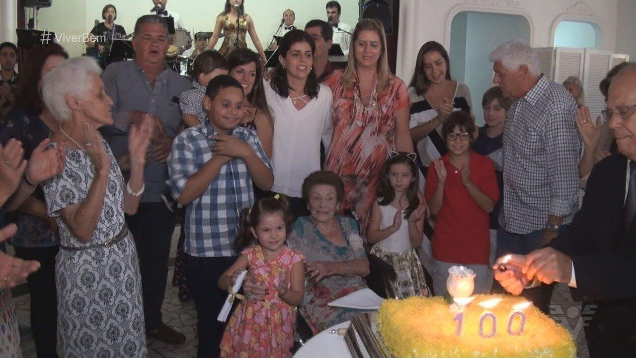 Aos 100 anos, matriarca de família tradicional de Santos, SP, celebra a vida