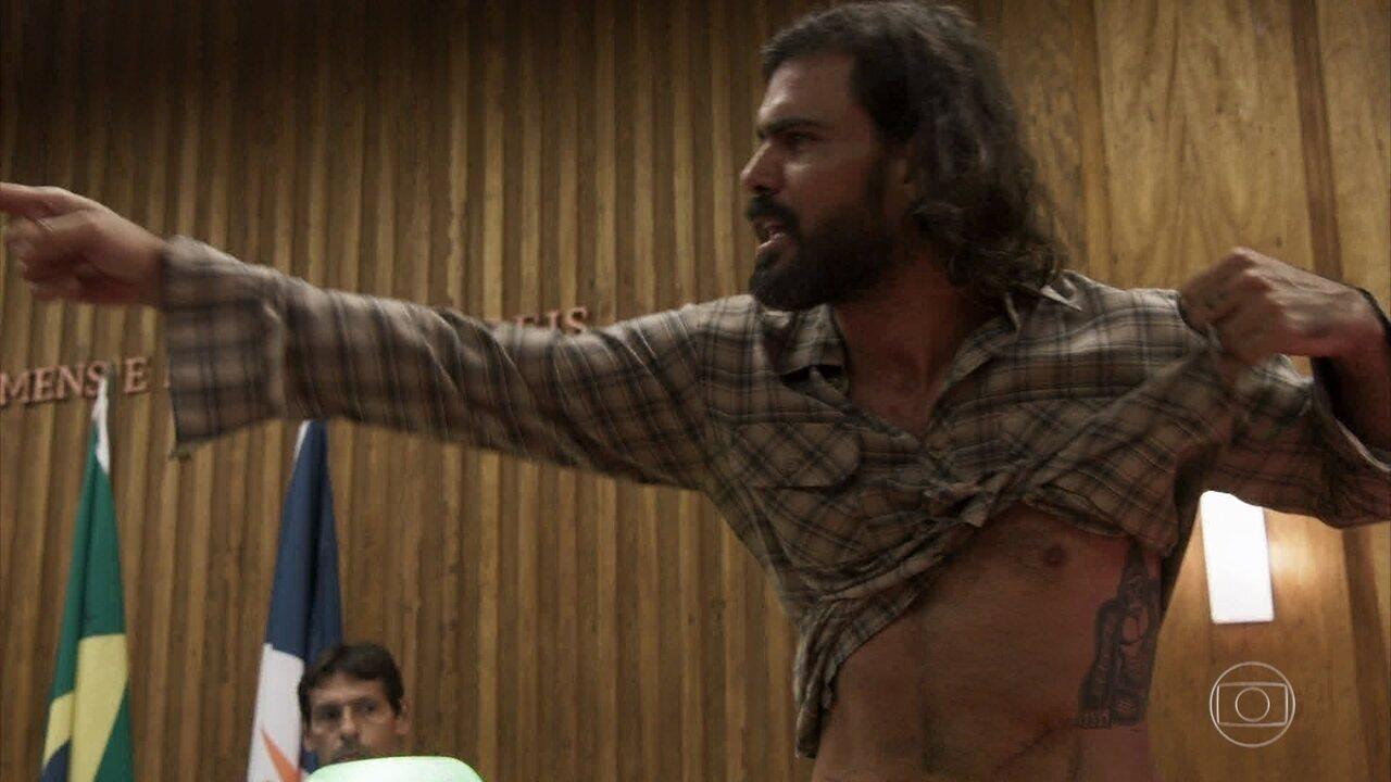 Mariano choca tribunal ao mostrar suas cicatrizes