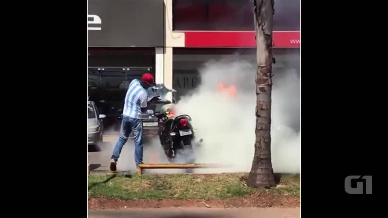 Moto pega fogo em Águas Claras, no Distrito Federal