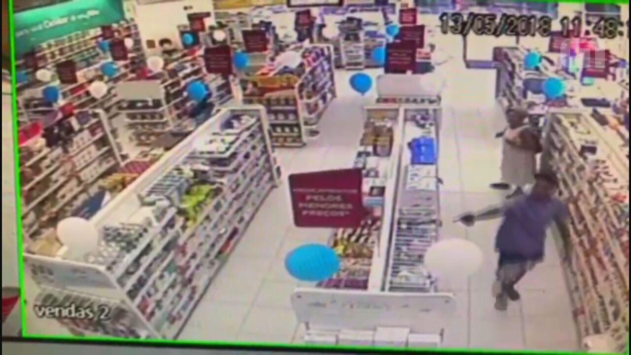 Policial mata assaltante de 18 anos em farmácia em Guarujá, SP