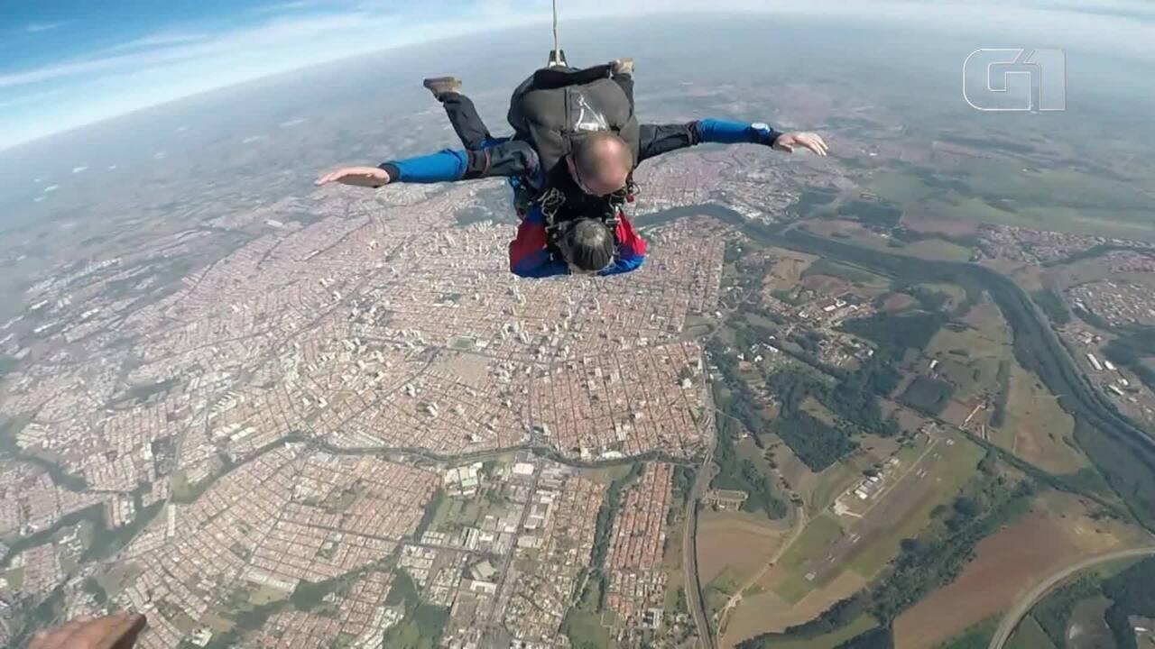 Aposentada de 89 anos salta de paraquedas pela 1ª vez (André Rodrigues/Atmos Paraquedismo)