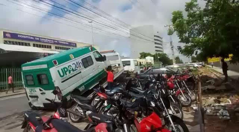Ambulância é rebocada da porta do Hospital de Urgência de Teresina