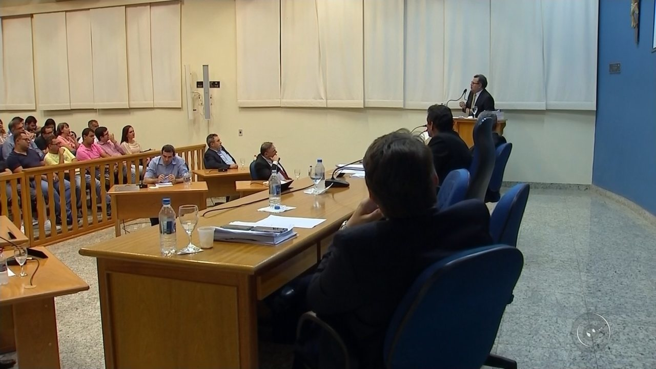 Após 14 horas de sessão, Câmara cassa mandato do prefeito de Monte Aprazível