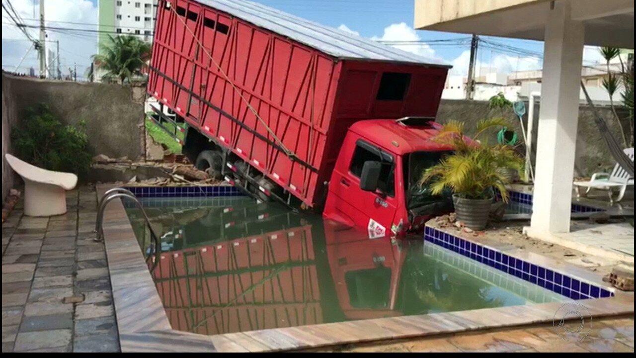 Motorista cochila, caminhão invade casa e cai dentro da piscina em João Pessoa