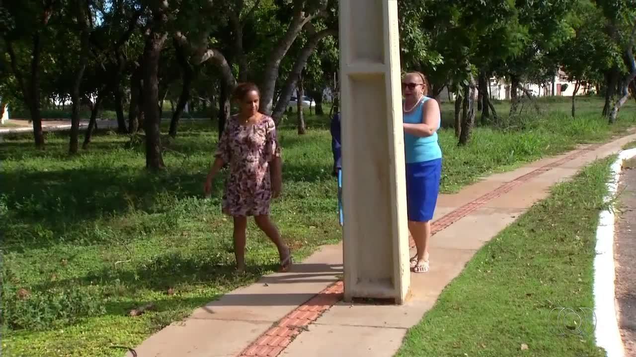 Poste no meio de calçada adaptada para cegos compromete a acessibilidade