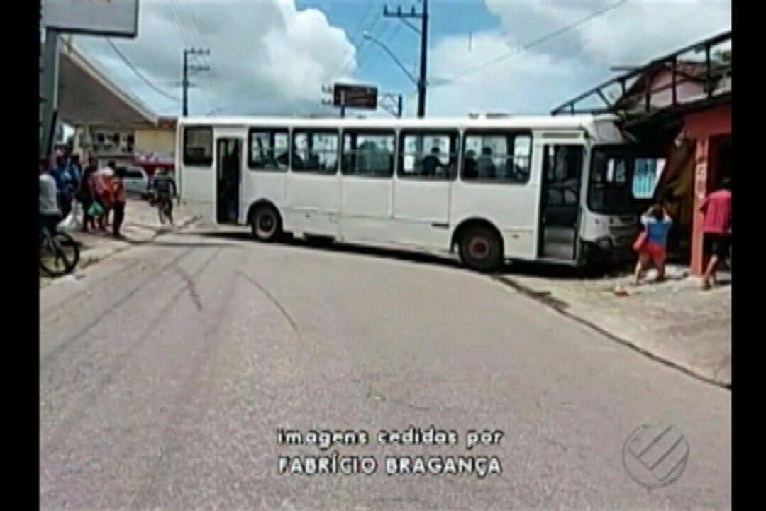 Motorista de ônibus perde o controle e atinge uma casa no município de Bragança