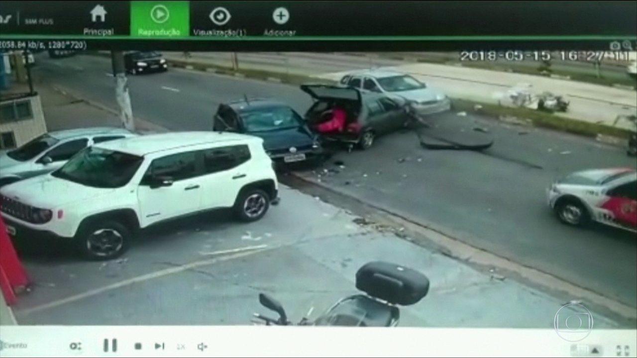 Bandido foge pela contramão e atinge veículos em avenida de Santo André