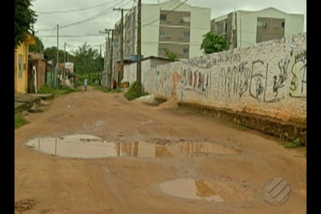 Moradores da passa São Pedro reclamam de buracos e lama que tomam conta das ruas