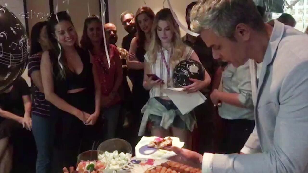Otaviano Costa ganha festa surpresa da equipe do 'Vídeo Show'