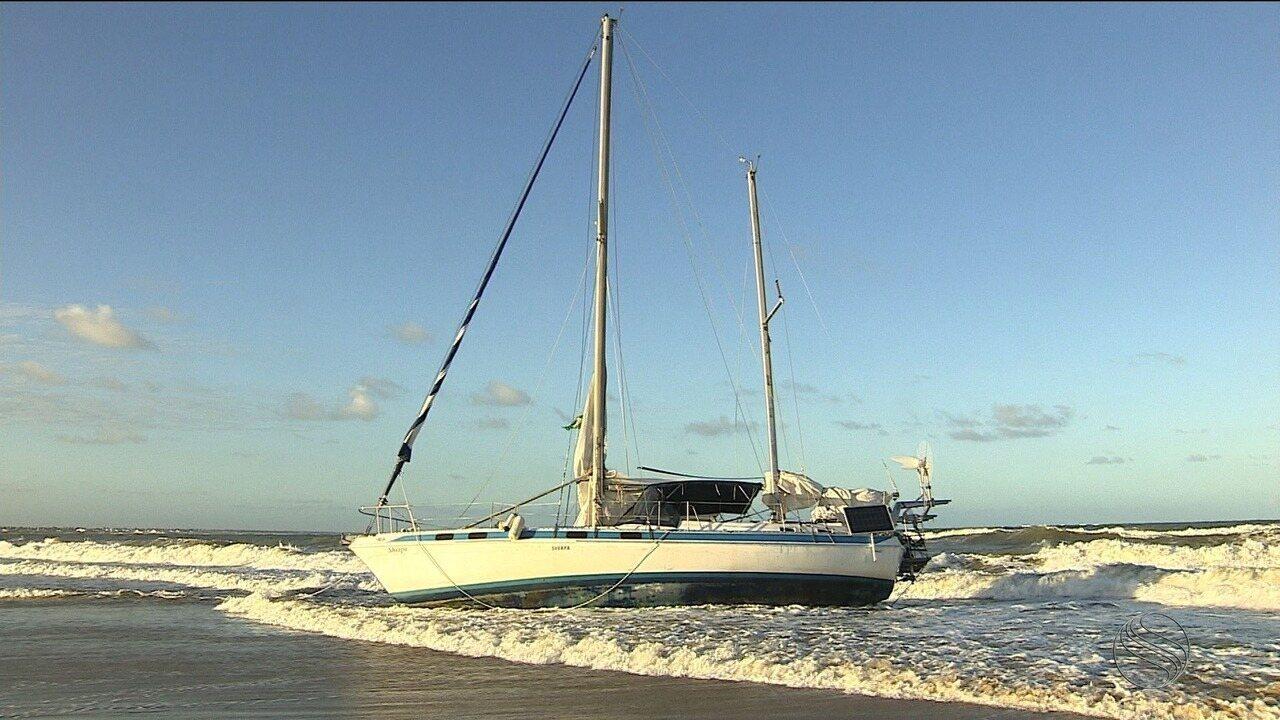 Embarcação encalha no litoral sergipano