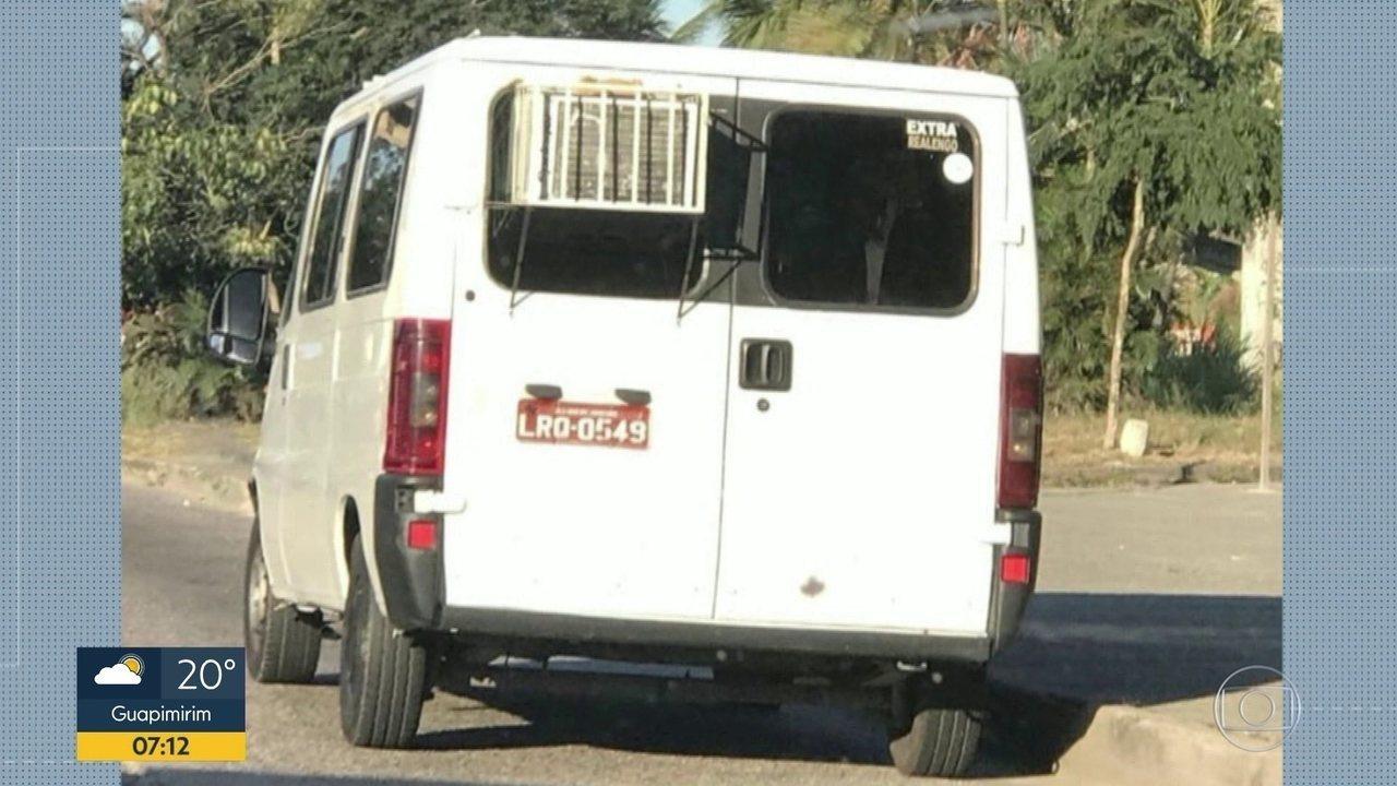 Resultado de imagem para Van é flagrada na Zona Oeste do Rio com ar condicionado doméstico instalado em uma janela