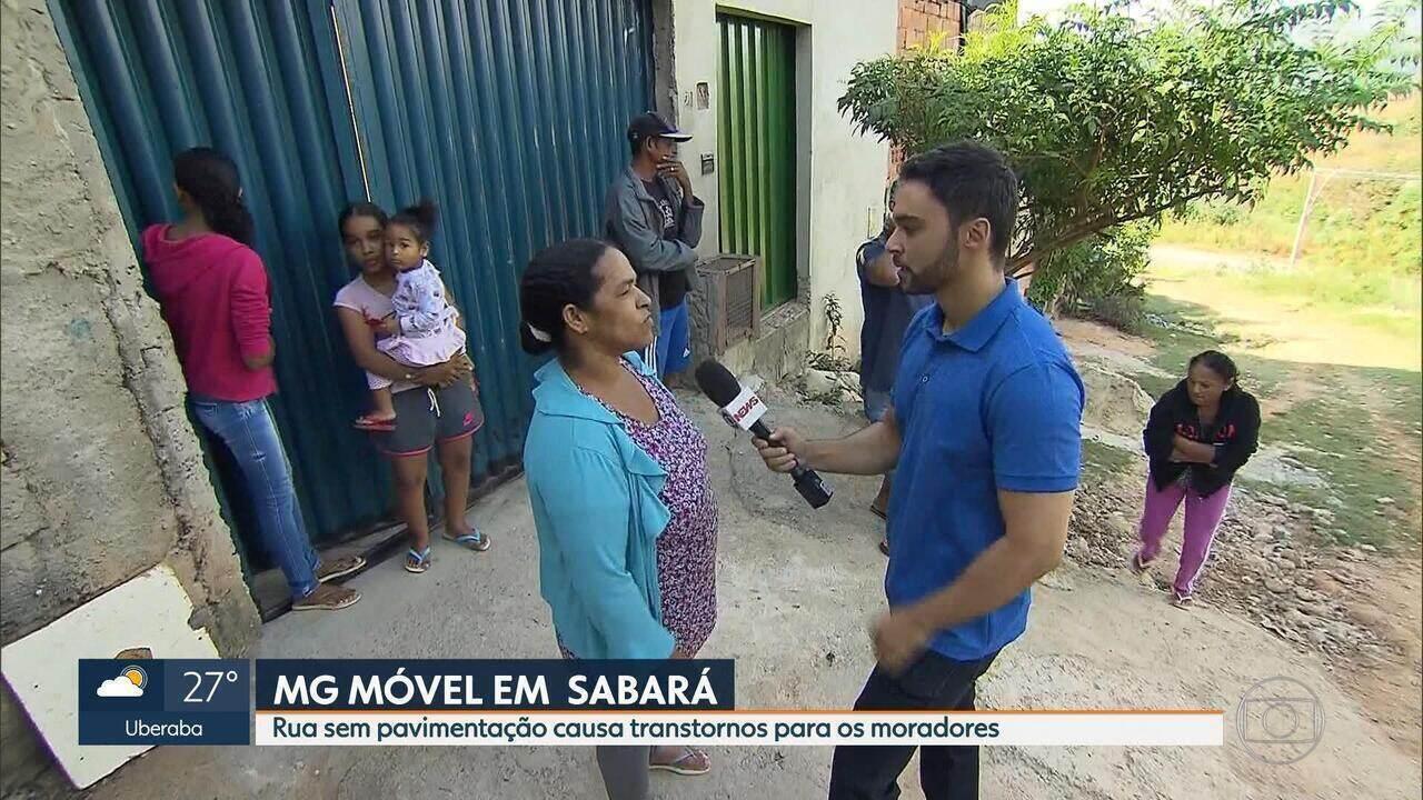 Moradores da Rua Almenara, em Sabará, sofrem para chegar e sair de casa