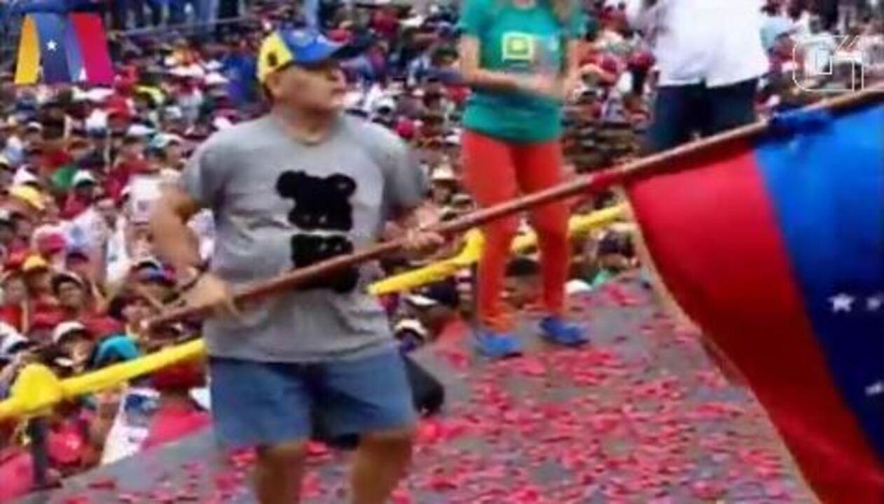 Maradona dança no encerramento da campanha pela reeleição de Maduro