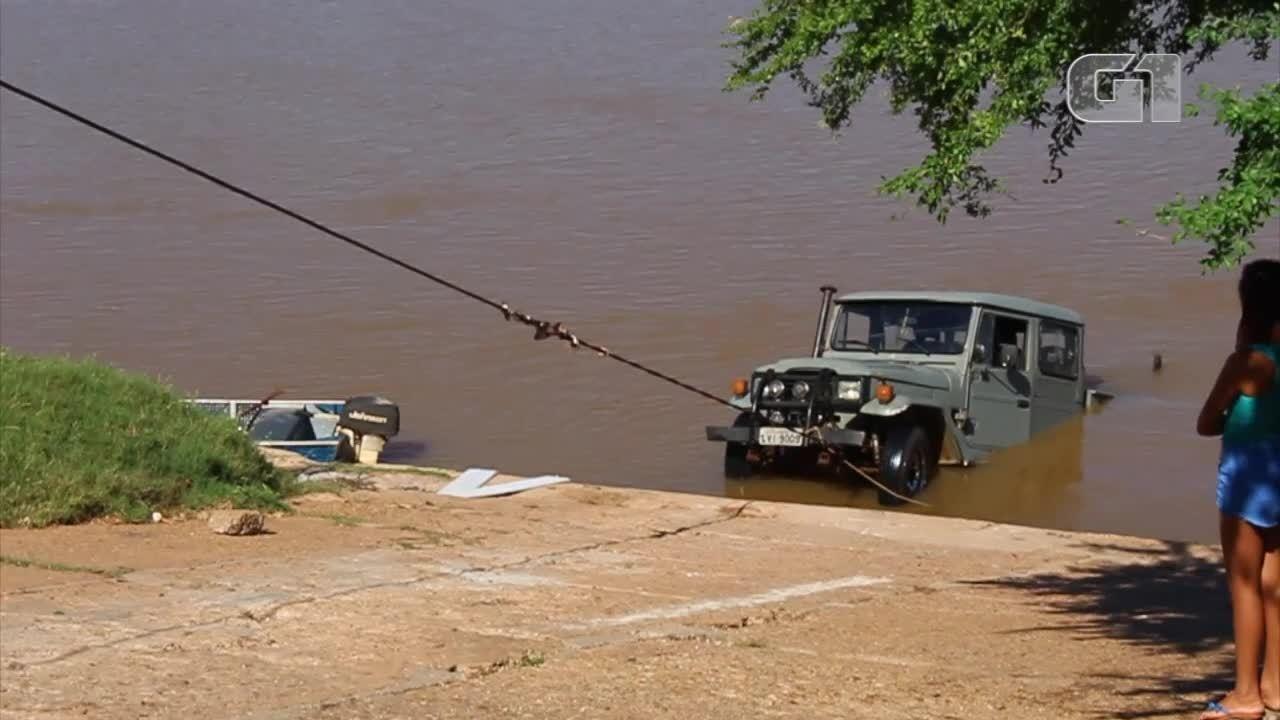 Carro de pescador cai dentro do rio Parnaíba