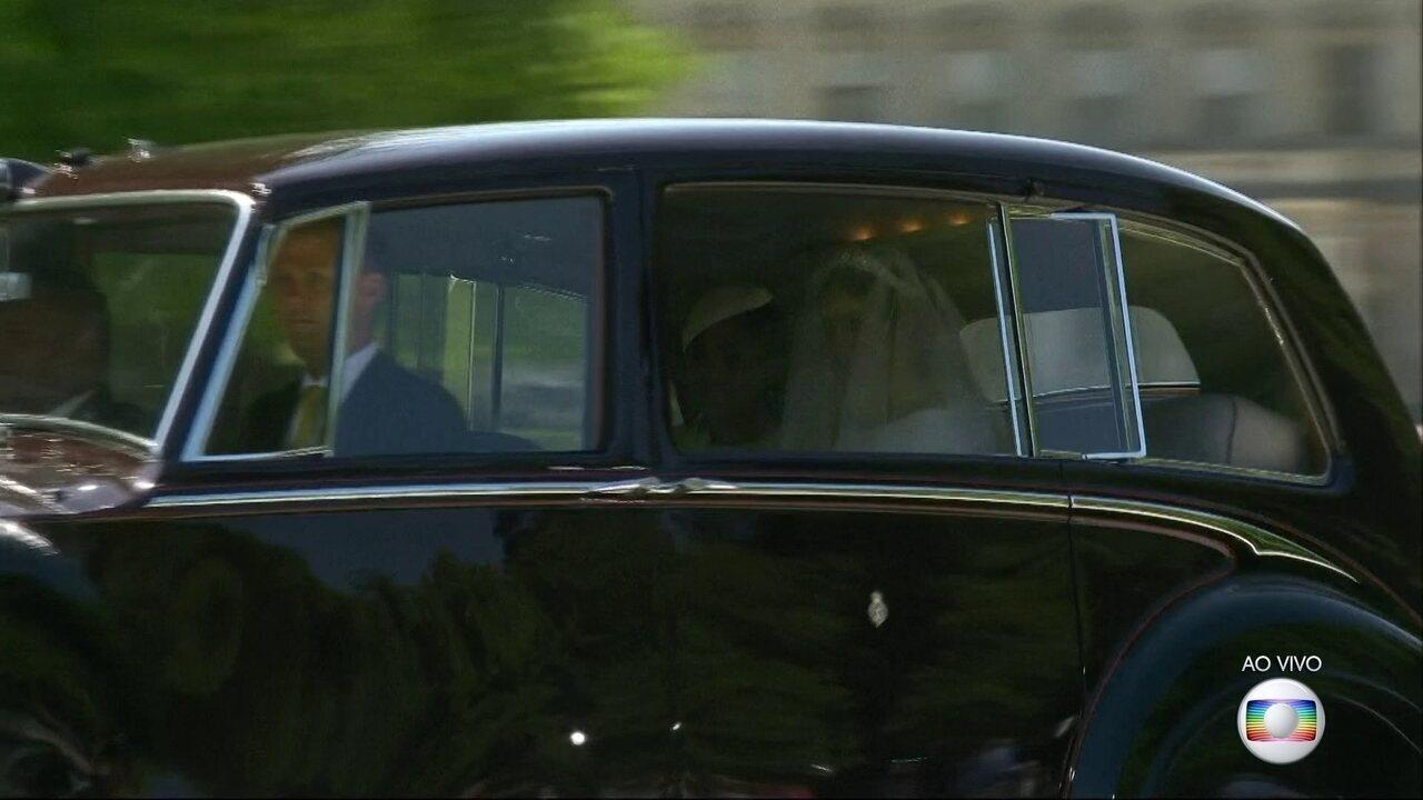 Meghan Markle é acompanhada pela mãe dentro do carro