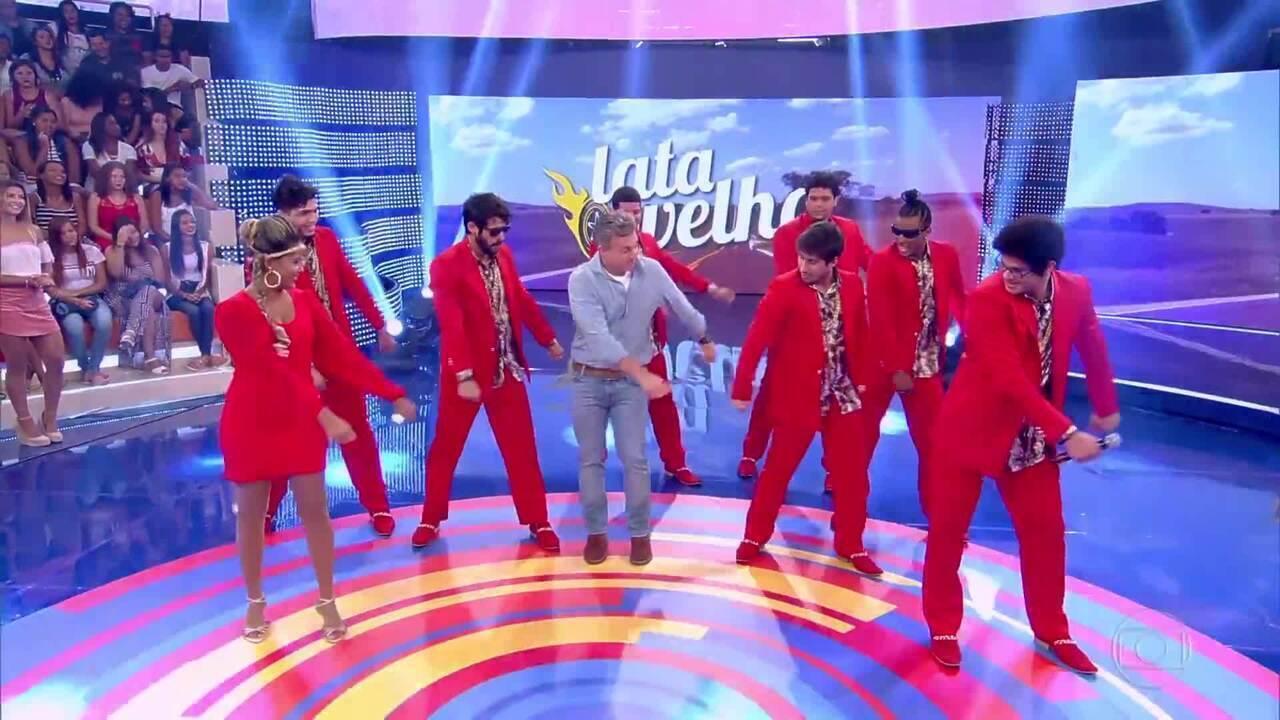 Luciano Huck dança o passinho do 'Swish Swish' no palco do 'Caldeirão'