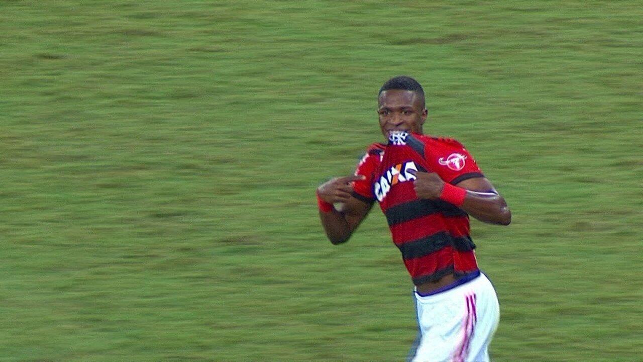Gol do Flamengo! Éverton Ribeiro chuta e Vinícius Junior marca no rebote com 13' do 1º t