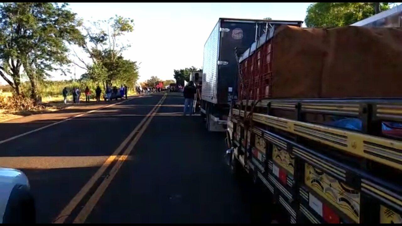 VÍDEO: Bloqueio na PR-090, em Assaí, no norte do Paraná