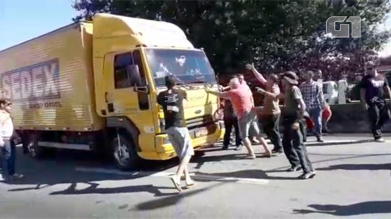 Caminhão é apedrejado ao tentar furar bloqueio de caminhoneiros na Dutra