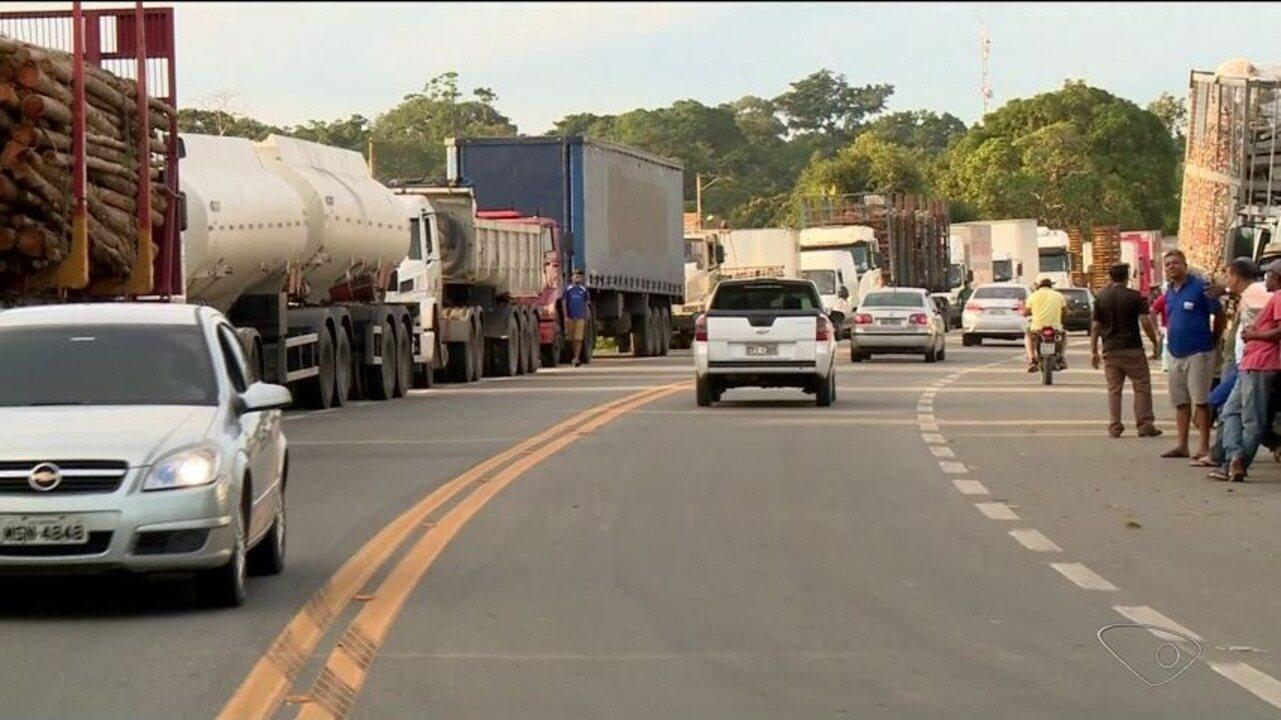 Caminhoneiros protestam contra o preço da gasolina em Linhares, ES