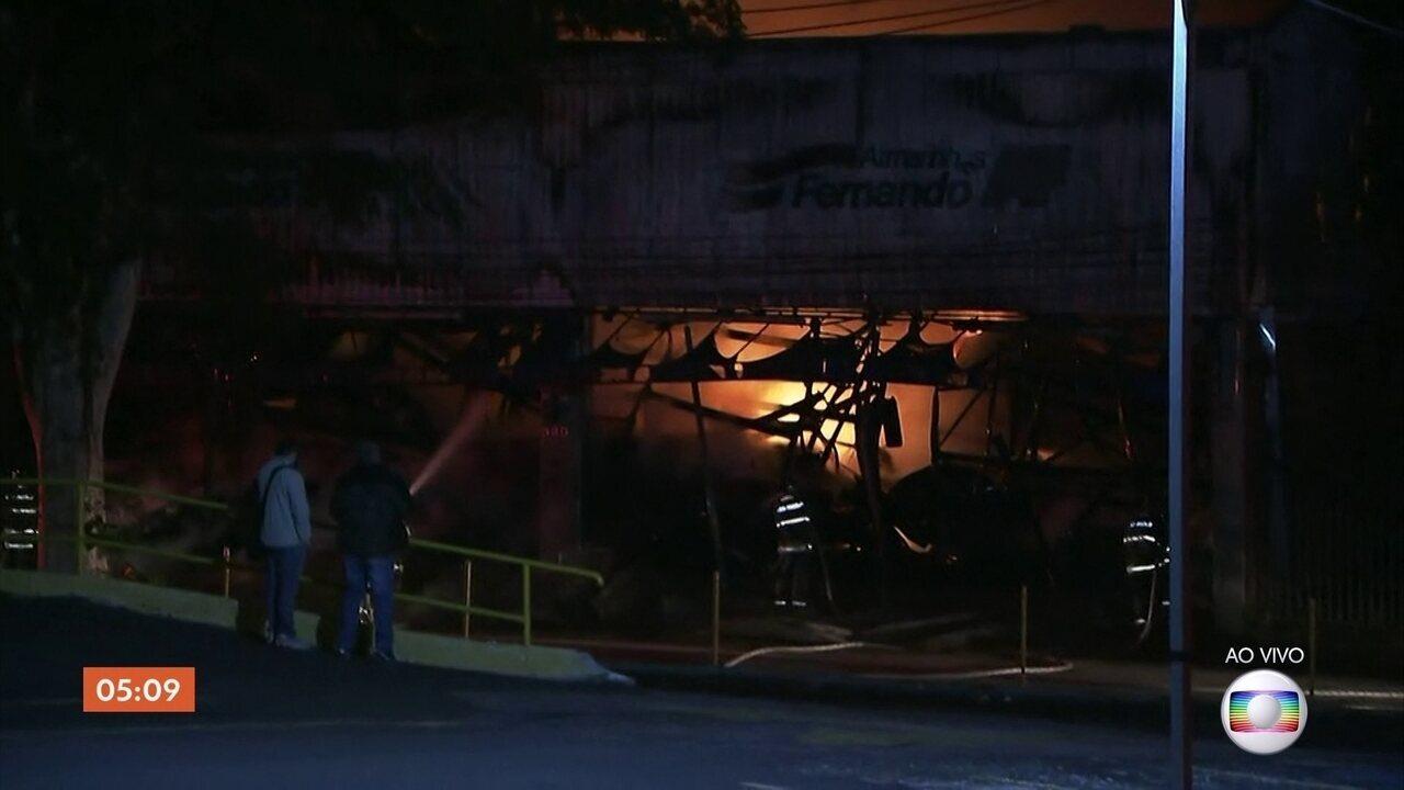 Incêndio de grandes proporções atinge prédio comercial em SBC, no ABC Paulista