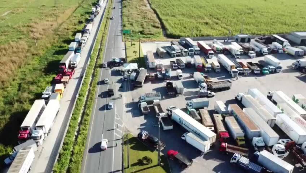 Caminhoneiros bloqueiam rodovias federais e estaduais em todo o Brasil desde o início da semana