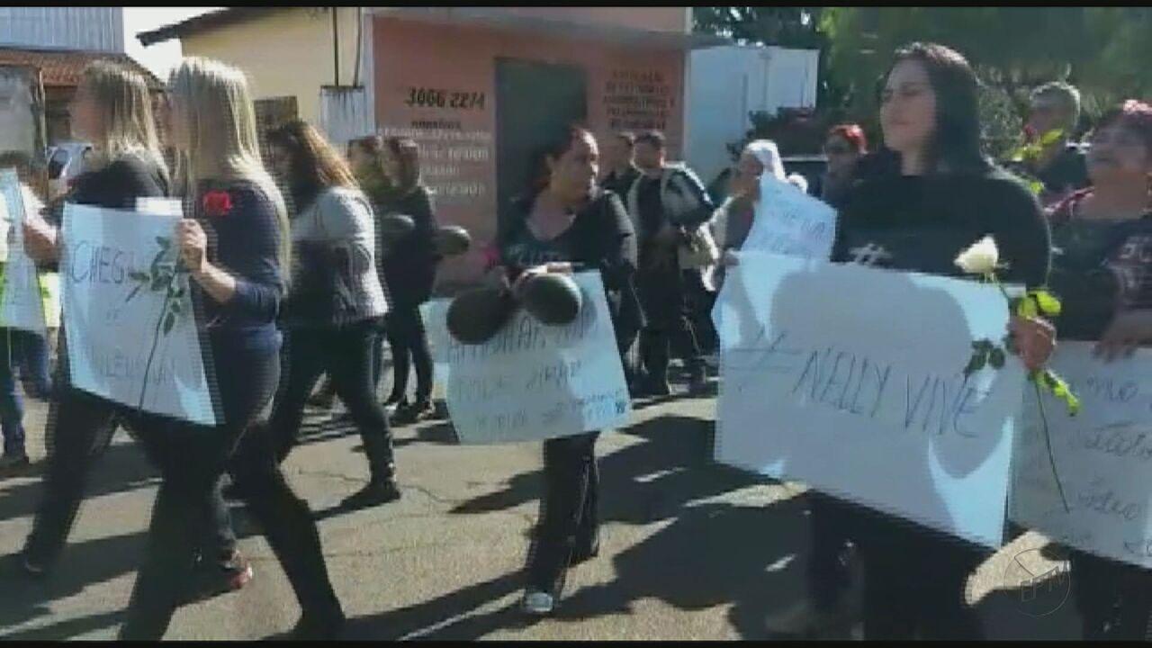 Centenas de pessoas fazem manifestação e pedem justiça para morte de obstetriz em Conchal