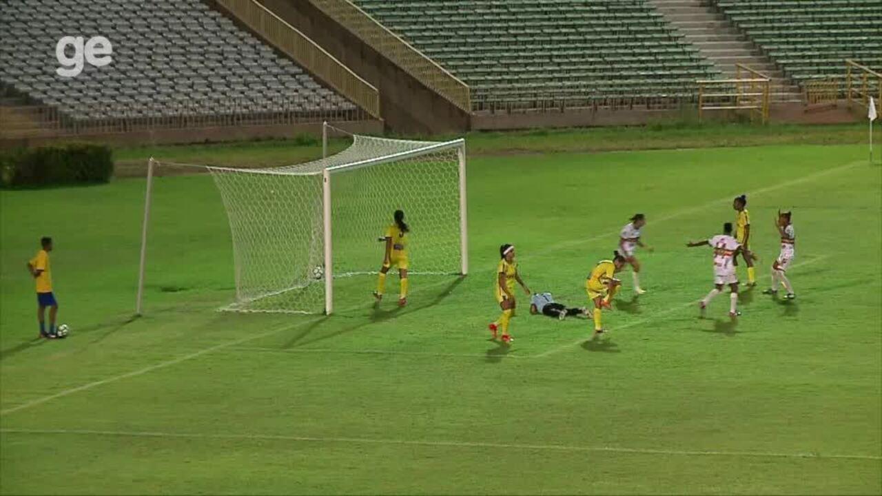 Goleira do Tiradentes-PI falha em lance de gol do Sampaio