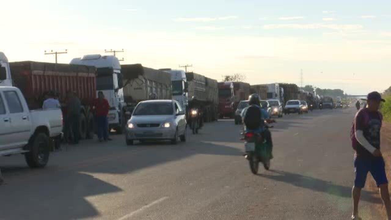 Em segundo dia de paralisação, caminhoneiros fecham parcialmente todas as entradas no Acre