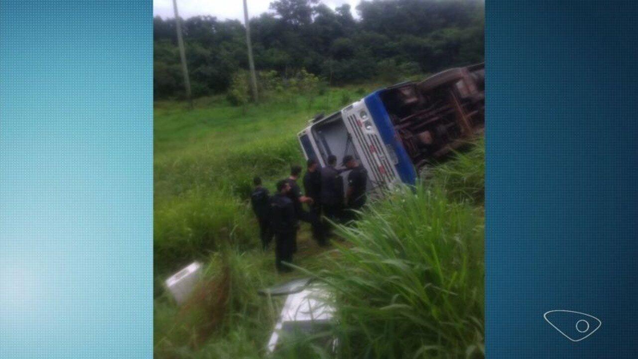 Ônibus tomba em estrada próxima ao presídio de Xuri, em Vila Velha, ES