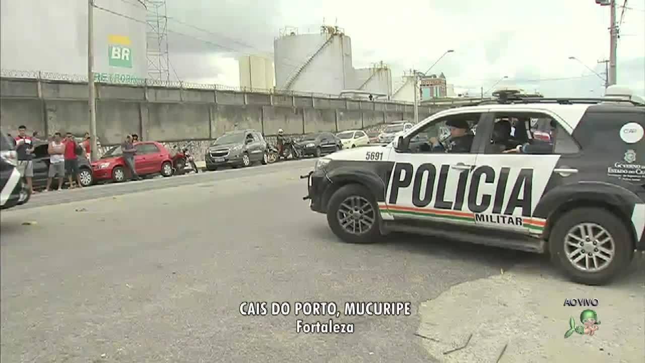 Caminhões saem do porto do Mucuripe após acordo de manifestantes com a polícia