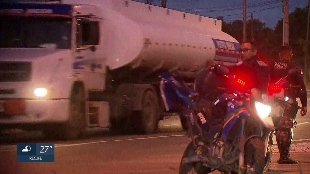 Comboios do Exército e das polícias ajudam a liberar do Porto de Suape caminhões com combustível