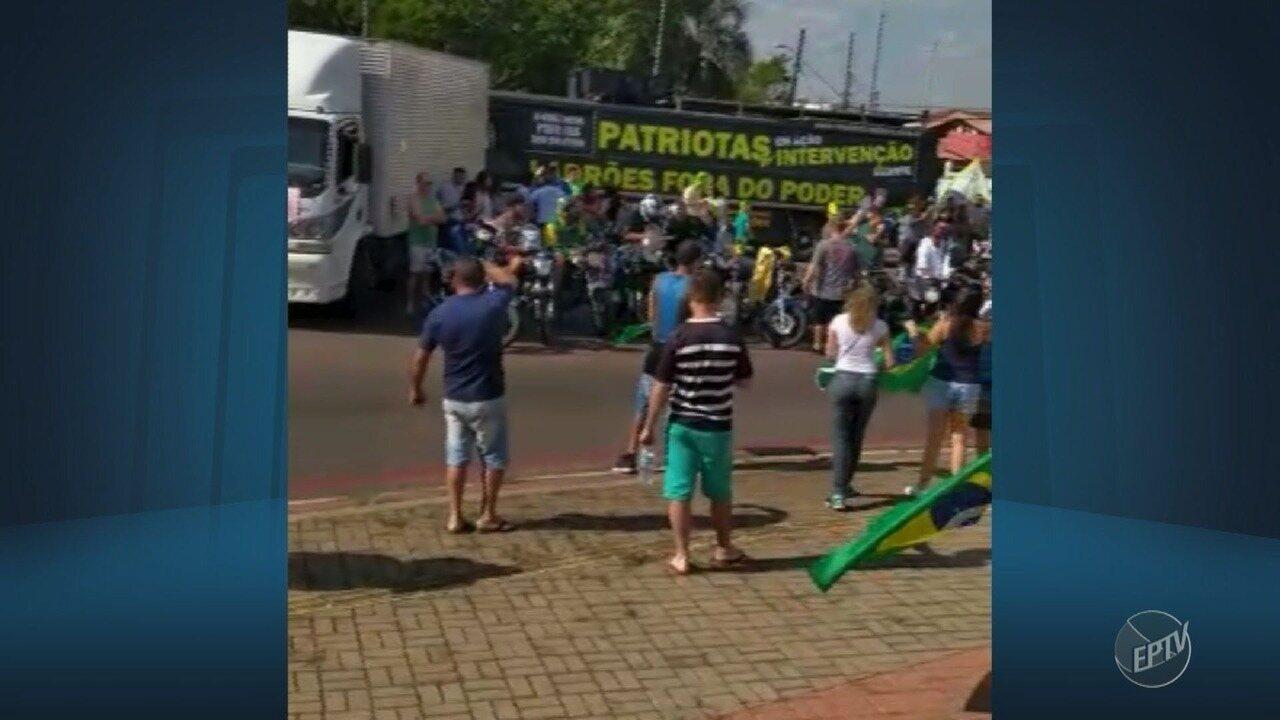 Motoristas e moradores fazem protesto em apoio à greve dos caminhoneiros