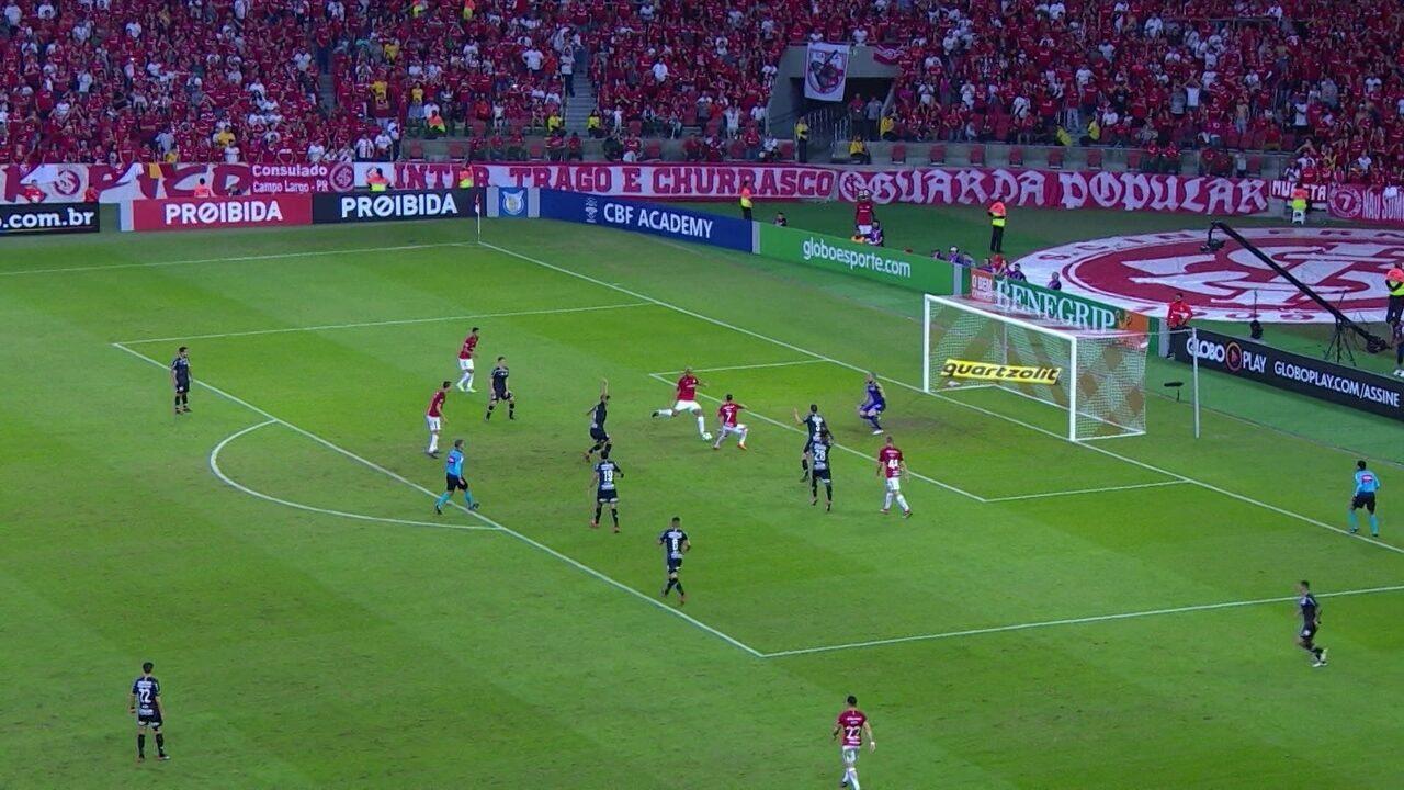 Rodrigo Moledo sai na cara de Walter, mas goleiro faz defesa com os pés aos 36 do 2º
