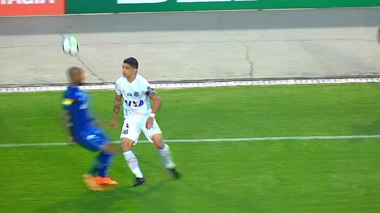 Renato dá chapéu em Bruno Silva aos 29 do 2º