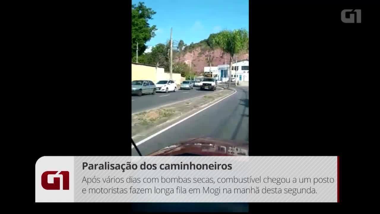 Motoristas fazem longa fila em posto que recebeu combustível nesta segunda em Mogi