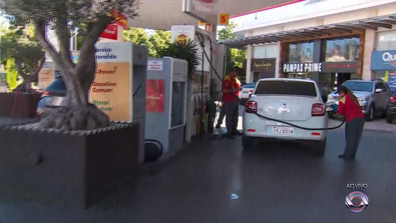 Postos recebem combustíveis e motoristas formam filas para abastecer em Porto Alegre