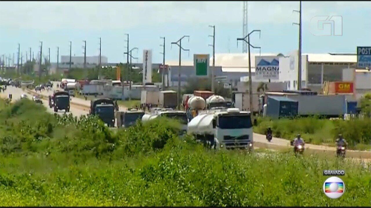 Exército e PRF escoltam carretas de combustíveis no RN