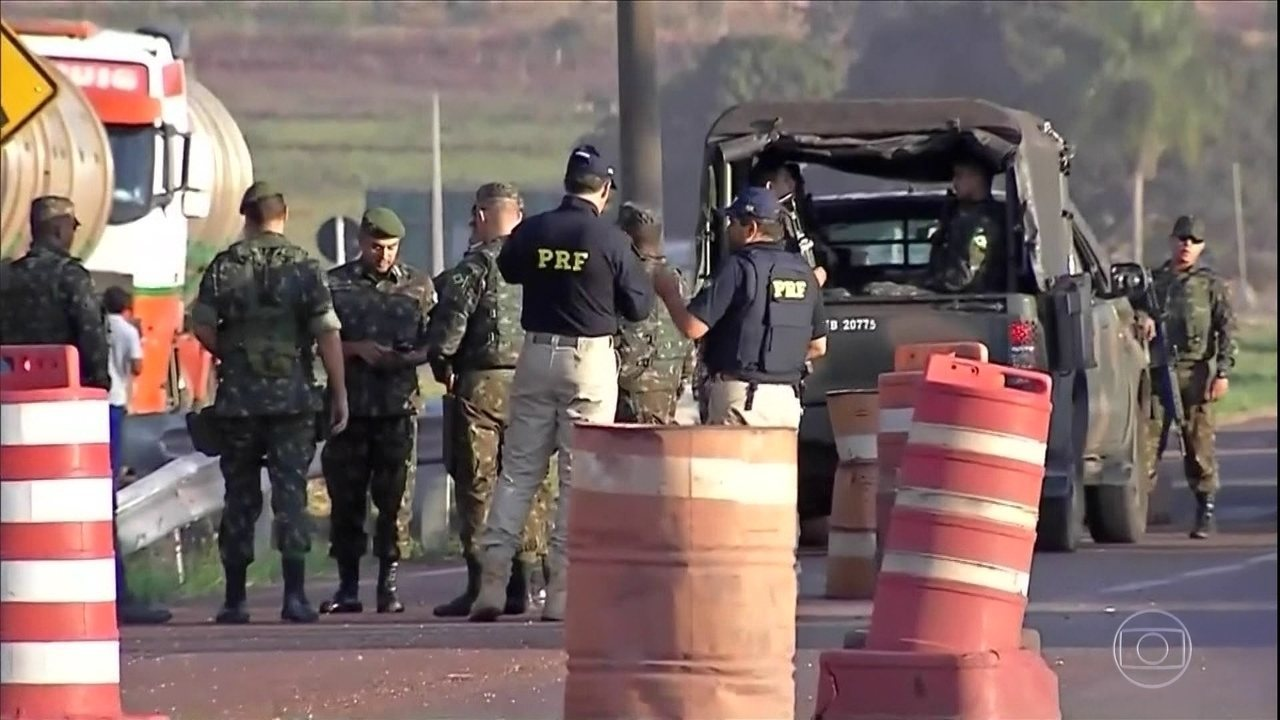 Caminhões-tanque deixam refinarias escoltados por polícias