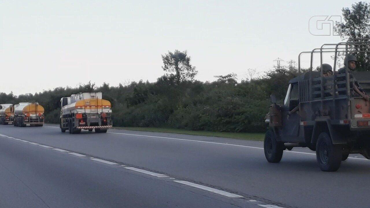 Caminhões-tanque são escoltados pela polícia e Exército na Baixada Santista