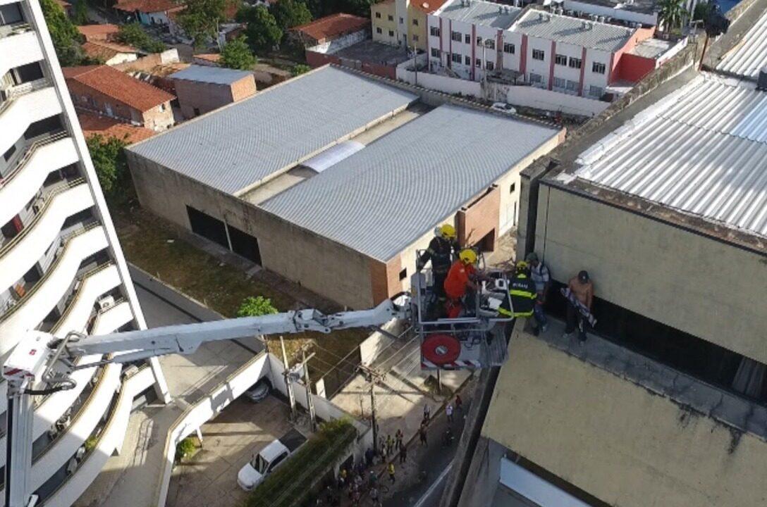 Homens que estavam no último andar de hotel são resgatados de incêndio