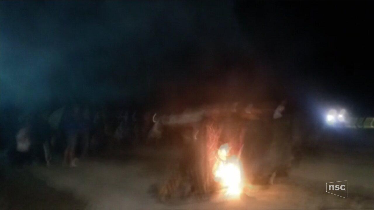 PM usa cavalaria e bombas de gás contra manifestantes em Biguaçu