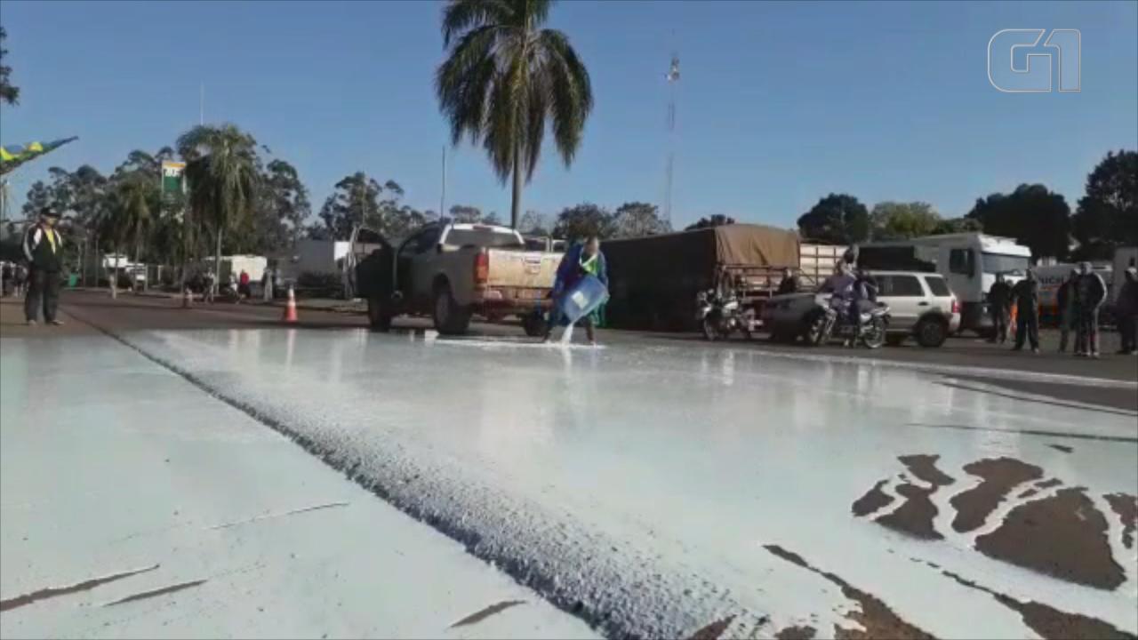 Produtor despeja 600 litros de leite na frente de caminhoneiros em Ibirubá