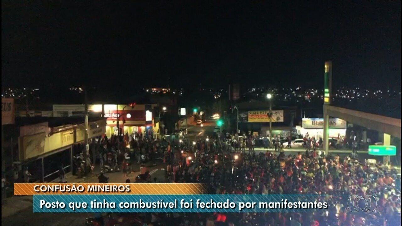 Posto é fechado por manifestantes após chegada de combustível, em Mineiros