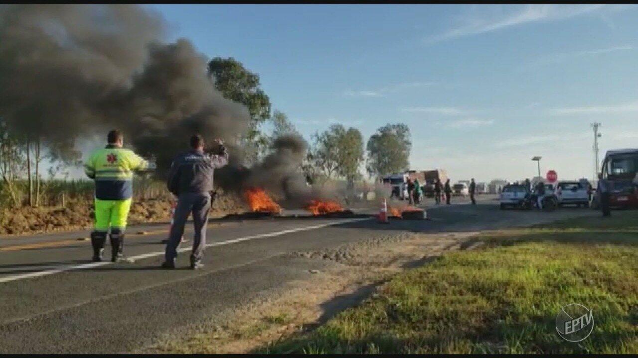Moradores de Capivari bloqueiam Rodovia SP-101 em apoio à greve dos caminhoneiros