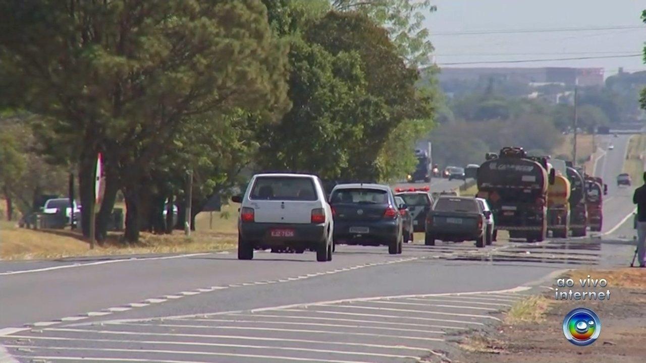Caminhoneiros são escoltados pela polícia para voltar ao trabalho na região