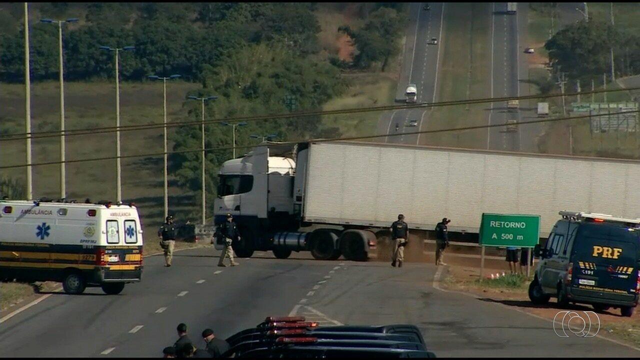 Polícia desmobiliza ponto de concentração de caminhoneiros na BR-153, em Goiás