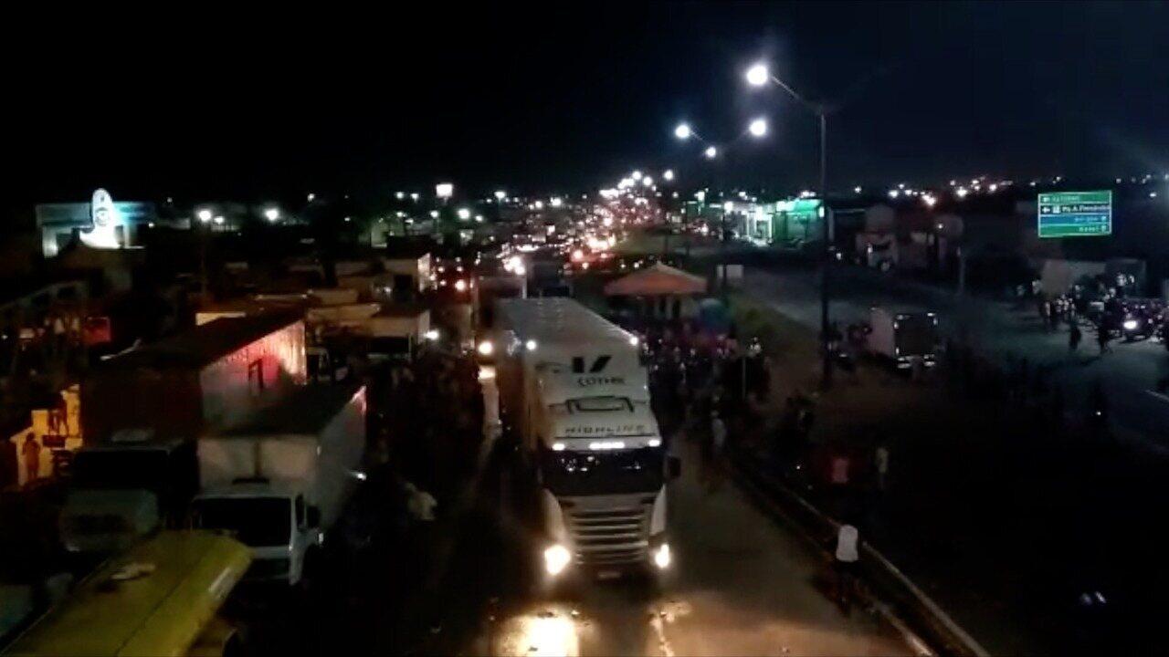 PRF libera caminhões presos em bloqueio na BR-101 no RN